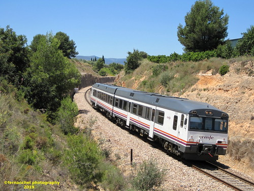 Tren de media distancia de Renfe (Regional Valencia-Madrid) a su paso por CHESTE (Valencia)