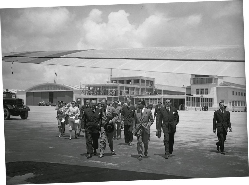 O alcaide de Madrid é acompanhado pelo presidente da Câmara Municipal de Lisboa e o chefe de gabinete do ministro das Obras Públicas no aeroporto da Portela, Lisboa (F.M. da Costa, 15/VI/1950)