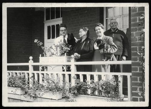 Archiv T176 Besuch mit Hund, 1950er