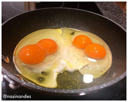 La probabilitat d enxampar un ou amb rovell doble és molt baixa... però i la de dos seguits???? #ousdepagès #ousdobles #ous #igerspineda #sorpreses