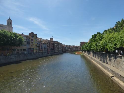 Crossing the Pont de Sant Feliu in Girona - Pont d'en Gómez - Temps de Flors 2019: Pont de princeses