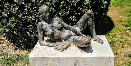Sobre la lectura -  Estanislao Zuleta - Muchacha reclinada con libro , escultura de José Esteve Edo - Jardín de los Viveros - Valencia