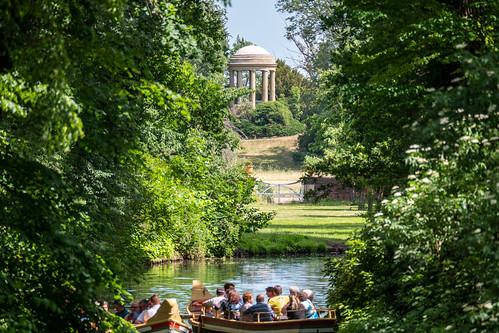 Wörlitzer Park: Blick von der Wolfsbrücke über den Wolfsgraben zum Venustempel - Wörlitz Park: Looking from Wolf's Bridge along Wolf's Trench to the Temple of Venus