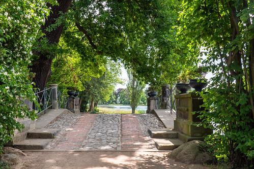 Wörlitzer Park: Wolfsbrücke mit Sichtachse zum Italienischen Bauernhaus - Wörlitz Park: Wolf's Bridge with a line of sight towards the Italian Farm House