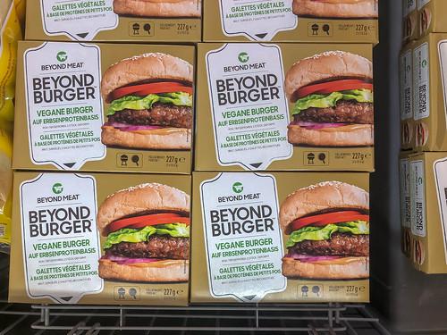 Beyond Meat Verpackungen, gestapelt bei Lidl, für eine fleischlose, vegane Burger-Alternative