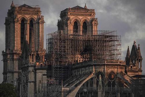 Incendio Notre-Dame, le indagini: causato da sigaretta o guasto elettrico