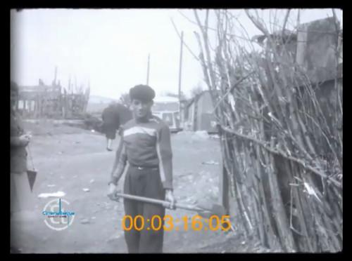 42 Bidonville de  (Méons) à Saint-Étienne à la fin 1950. Un commentaire engagé décrit le déroulement de l'aide au logement apportée aux familles algériennes