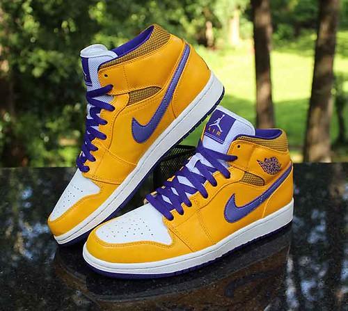 Nike Air Jordan 1 Retro Mid Lakers Men's Size 9.5 University Gold White 554724-708