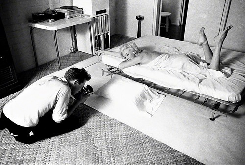 Douglas Kirkland fotografía a la estrella de cine Marilyn Monroe envuelta en una sábana blanca sobre una cama Los Ángeles - California 1961