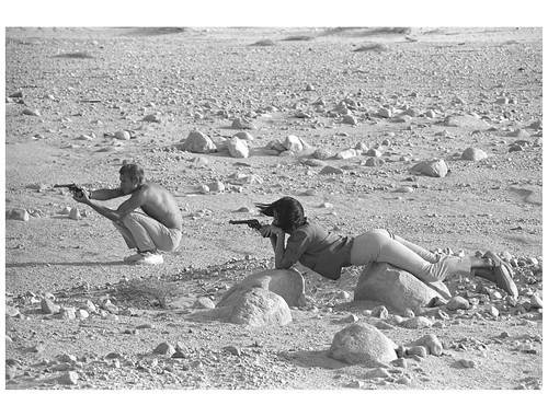 Steve McQueen y Neilie Adams, su primera esposa, practicaron tiro con sus pistolas en el desierto de California en 1963.  Foto de John Dominis