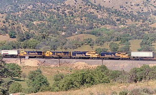 Santa Fe helper sets in mid-train on Tehachapi Pass, California, 1985