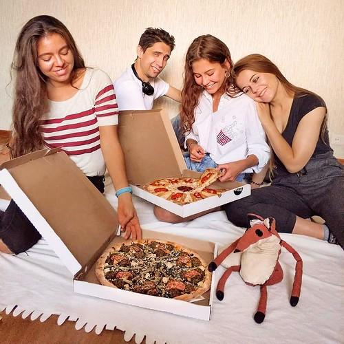 Заказал пиццу и сижу, как король. Ordered a pizza and sit like a king.