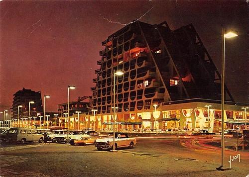 34 la Grande Motte de Nuit une ville nouvelle et balbeaire de JEAN BALLADUR construite  avec l 'A.U.A.