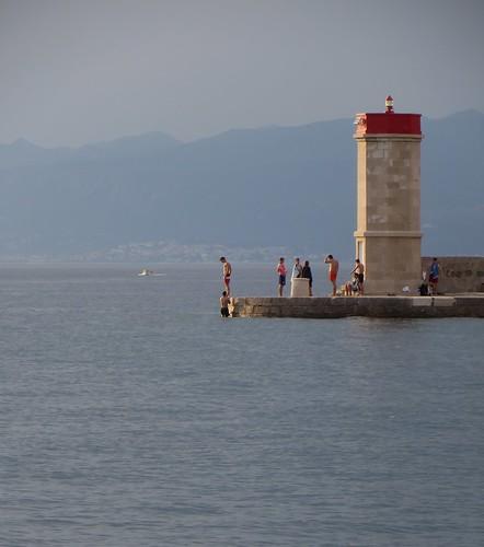 Les jeunes nageurs, Senj, comté de Lika-Senj, Croatie, Europe.