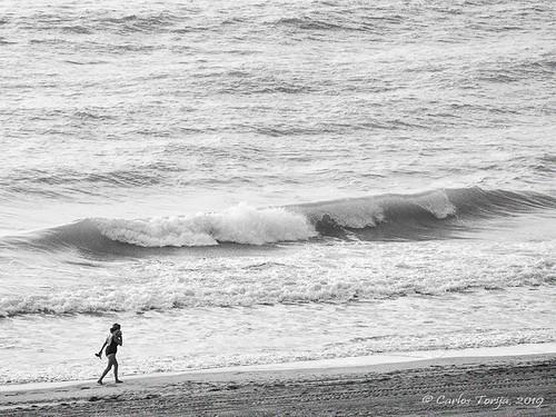 La mujer y la ola
