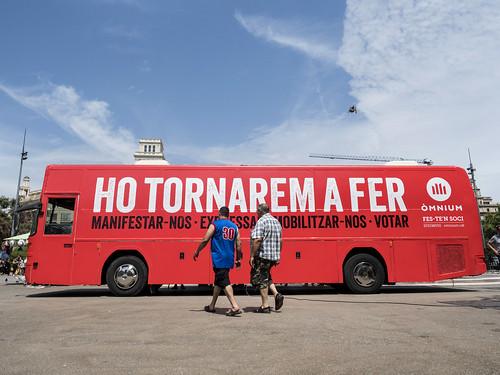 """Presentació de l'autobús """"Ho tornarem a fer"""" que recorrerà una trentena de municipis turístics."""