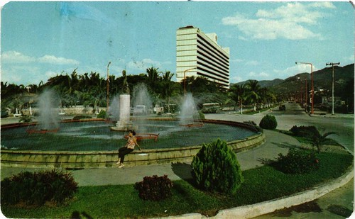 Fuente Minerva. Al Fondo Hotel Acapulco Hilton. MEXICO
