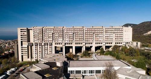 la périphérie orientale de Trieste l'immeuble surplomble la ville et fait face à la mer. Le complexe a été construit entre 1969 et 1984 par l'Istituto Autonomo Case Popolari (aujourd'hui Ater Trieste)