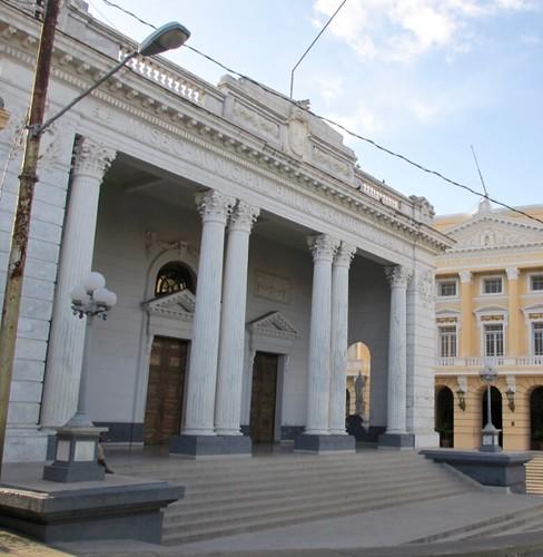 ESTATUAS DEL PORTAL DEL MUSEO BACARDÍ, DE SANTIAGO DE CUBA.