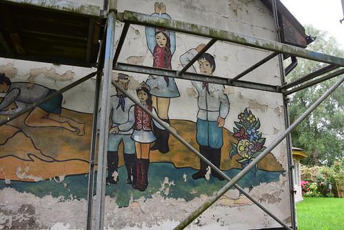 ehemalige Schule in L., annektierte DDR (vermutlich wird dort bald renoviert und/oder übergestrichen) / заброшенная школа, ГДР после аннексии / abandoned school, DDR after annexation
