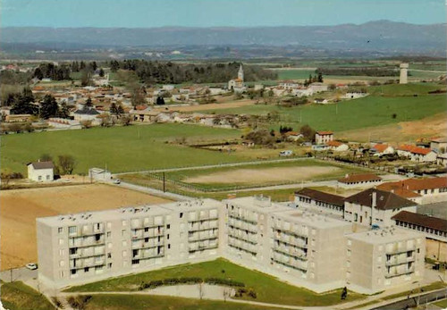 Villette d'anthon les HLM - le groupe scolaire et le stade
