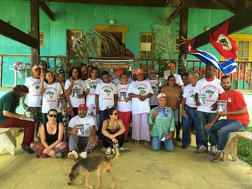 Quase dois anos após conquistarem a posse da terra, famílias do assentamento Osvaldo de Oliveira, em Macaé (RJ), correm novamente risco de despejo. Na foto, assentados exibem seu diploma de alfabetização (Foto: MST)