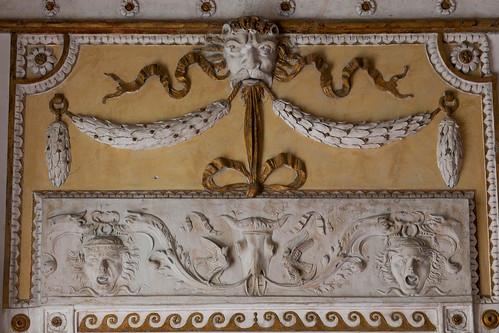 Camerino di Callisto:   soprapporta con stucchi