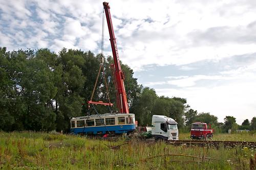 Nun ist auch der Triebwagen 2401 am Haken des Krans