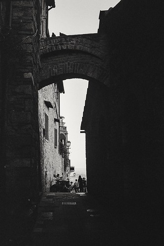San Gimignano - Alley (35mm Ilford Delta 400 in Finol)