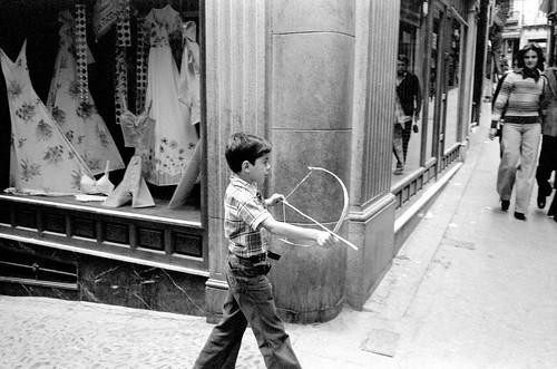 Un niño juega con un arco en la calle Martín Gamero entre 1974 y 1976 © Estate Jesse A. Fernandez / Collection France Mazin Fernandez