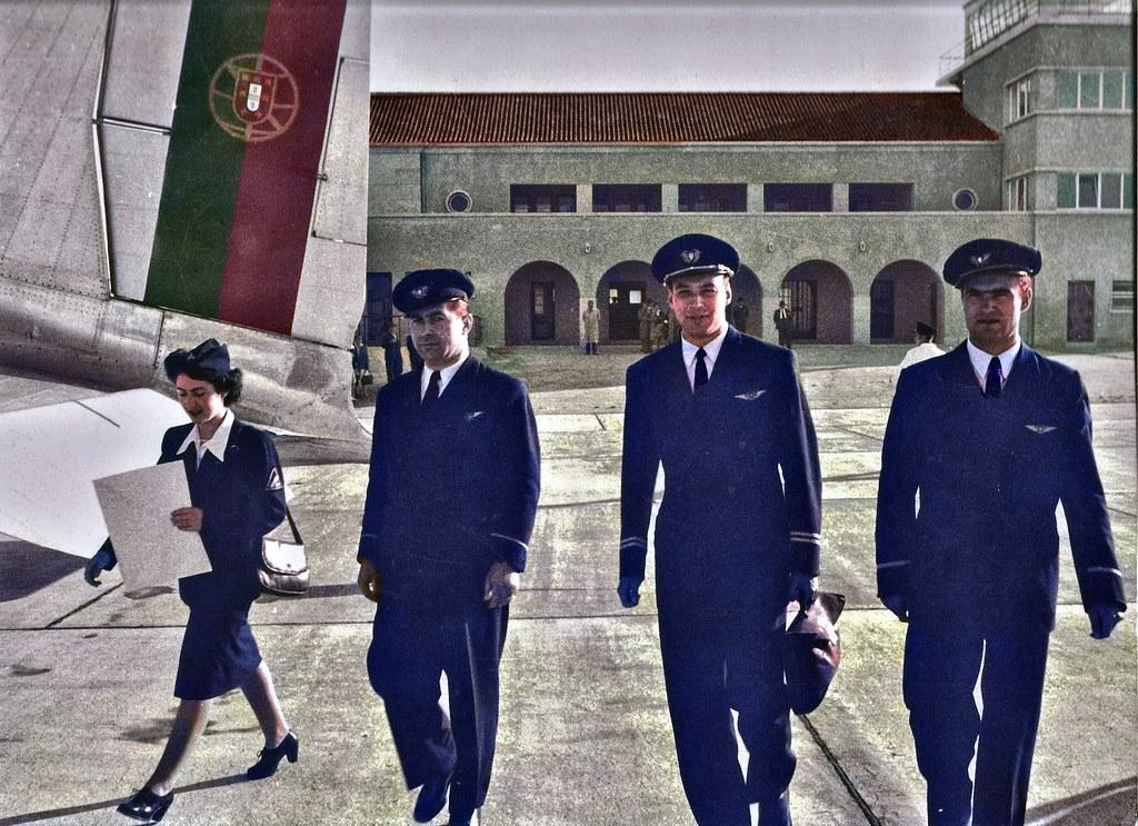 Uma tripulação dos T.A.P. caminho do avião, no aeroporto das Pedras Rubras, Porto, 1947 (Fototipia animada de A. n/id., in Museu da TAP)