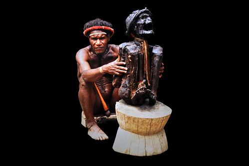 Western New Guinea - Baliem Valley - Dani Man With Smoked Mummy Of Village Chief - 1d