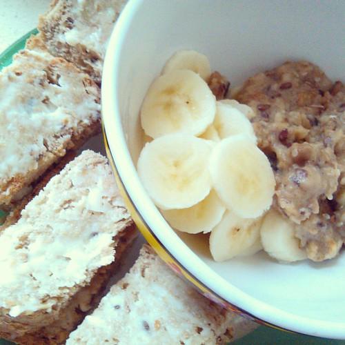 Melhor forma de começar este dia enevoado :-)  http://todayisthedaylive.blogspot.pt  http://facebook.com/todayistheday.live  #helloautumn #september2015 #mistyday #breakfast #aveia #cevada #centeio #sementes #canela #banana #paodesementes #queijinho #ilov