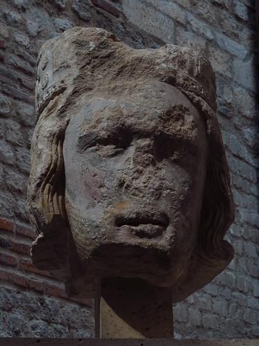 Tête de roi de Juda no 7 Paris, vers 1220  Calcaire lutétien sculpté avec traces de polychromie  H. 57 ; L. 40 ; Pr. 42 cm