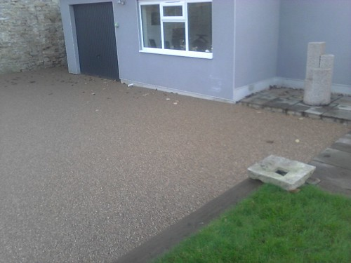 resin bound paving installed on private drive in Frome; Somerset; istallation team was Psp baced in from & Pps-uk from staffordshire