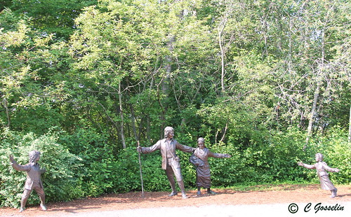 GRAND-PRÉ  |  SCULPTURE  |  FAMILLE EN MARCHE |   DÉPORTATION DES ACADIENS  | THE DEPORTATION OF THE ACADIANS  |  ANNAPOLIS VALLEY  |   NOVA SCOTIA |  CANADA