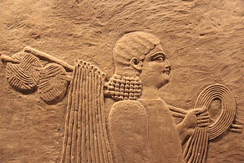 Basso rilievo assiro raffigurante un suddito del re.