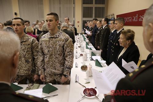 Melnās kafijas vakarā mūsdienu kadeti godina Brīvības cīņās kritušos Kara skolas kadetus
