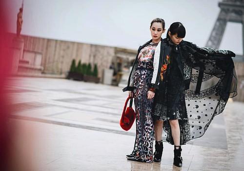 Akimoto Kozue + Mademoiselle Yulia #akimotokozue #mademoiselleyulia #mattiarioli #lamouda #showbit #sacai #streetstyle #street #paris #parisfashionweek #pfw #fashionweek #fashion