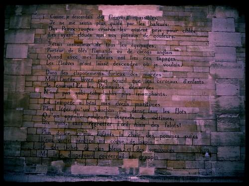 Le bateau ivre, poème d'Arthur Rimbaud, calligraphié sur 300 mts d'un mur rue Férou par le calligraphe hollandais Jan Willem Bruins