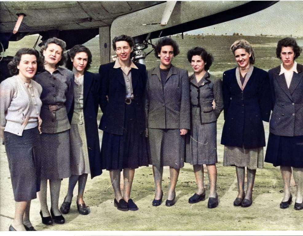 T.A.P.: 1.º curso de Assitentes de Bordo, Aeroporto da Portela, 1947. Fotografia: autor n/ ident. Esp. do C.te Amado da Cunha; col. do Sr. Ant.º Fernandes.