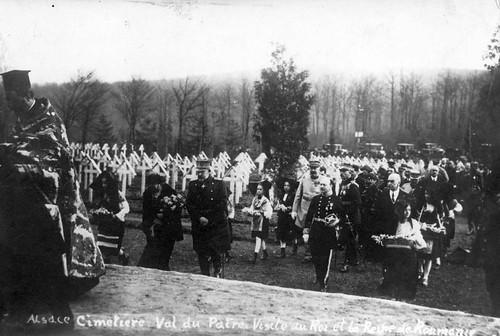 Val du Pâtre (Schäfertal)/Alsacia, FRANȚA (9 aprilie 1924). Suveranii României Mari Regina Maria și Regele Ferdinand I, însoțiți de gen. Berthelot depun flori la mormintele eroilor Armatei Române, exterminați în lagărul german de gărzile lui Wilhelm II.