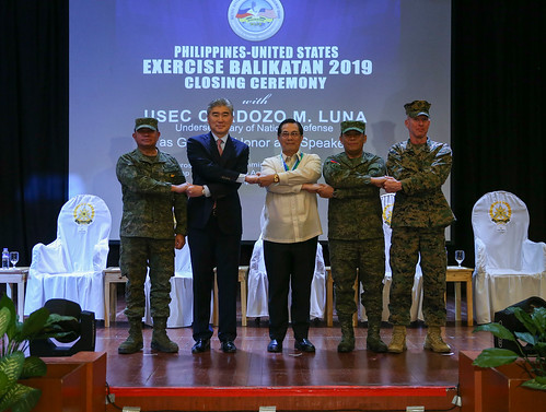 """U.S., Philippine leadership stand """"shoulder-to-shoulder"""" during the Exercise Balikatan closing ceremony"""