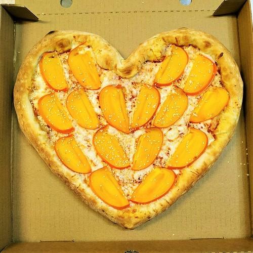 Хурмапицца в форме сердца. Pizza with persimmons in the shape of heart.