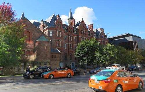 McMaster Hall (style éclectique victorien, Langley, Langley & Burke, 1881) qui logea l'université Mc Master jusqu'en 1931, occupé depuis 1962 par le Conservatoire royal de musique et rebaptisé Ihnatowycz Hall, Toronto