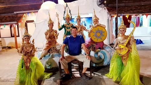 Siam Niramit ist eine Theatershow, welche die Geschichte Thailands auf unterhaltsame Art und Weise erzählt. Über 150 Akteure und aufwendige Bühnenbilder nehmen die Zuschauer mit auf die Reise durch das ursprüngliche Thailand.