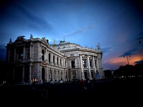 Wien, 1, Bezirk (the art of very historic buildings at the old center of Vienna), el Burgtheater (Teatro imperial de la corte) - Josef-Meinrad-Platz/Universitätsring/Löwelstraße
