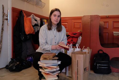 Clara Karlin med badade böcker
