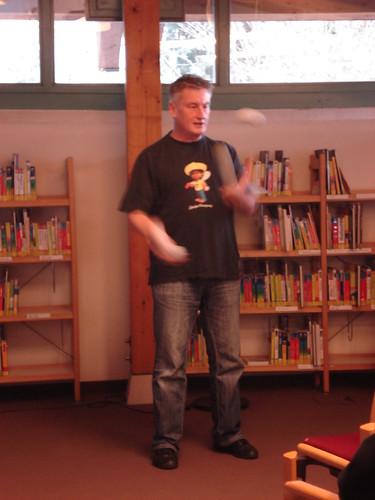 Jaromir Konecny las (sang und jonglierte) vor Neuntklässlern