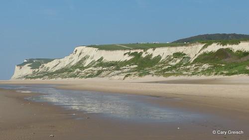 La falaise vue depuis la plage en-dessous de Saint-Pô: au fond, le Petit Blanc Nez (2012-05-30 -68)